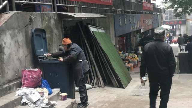 88岁老人有3子女,每天街头捡垃圾