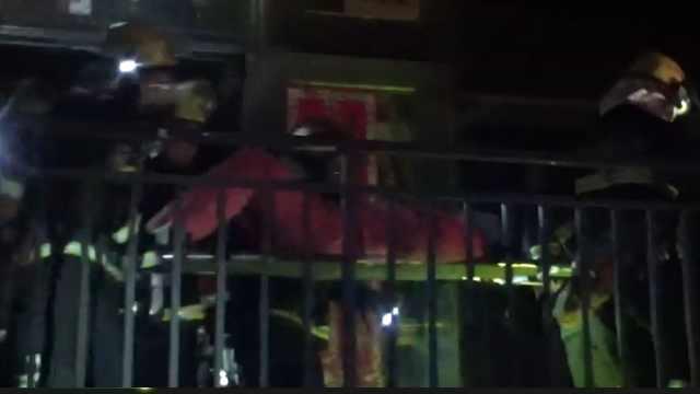 18层楼房着火,住户爬空调外机获救
