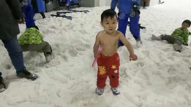 3岁火娃不怕冷?赤身挑战-4℃冰雪城