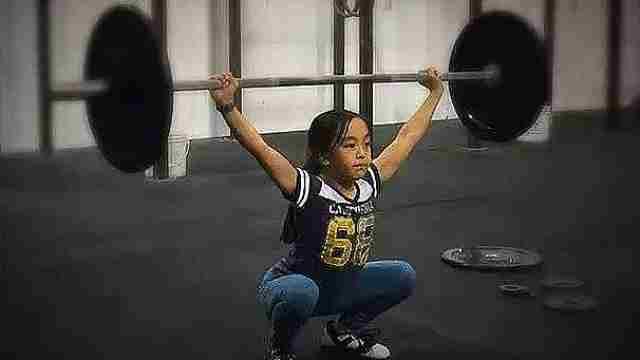 12岁萝莉撸铁5年,训练量秒杀猛男