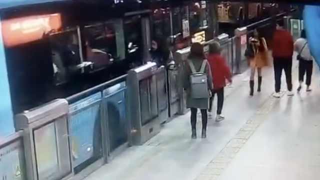 疼!女乘客下公交太慢,被卷入车底