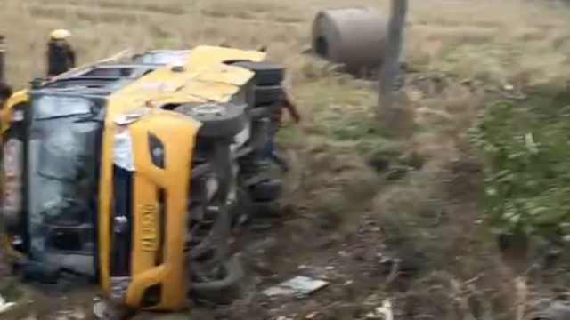 湖南一校车被失控货车撞翻,1死17伤