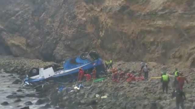 秘鲁大巴坠落山崖:至少30人死亡