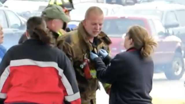 消防员被困加油站,众人火中救人