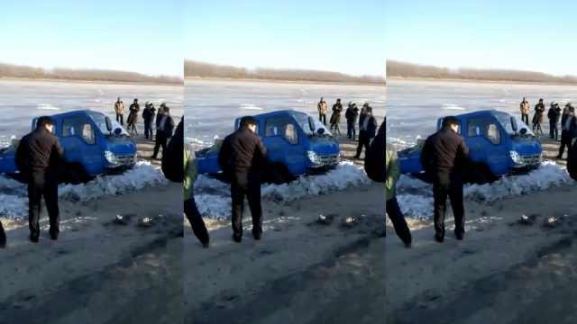 货车抄近路落冰窟窿,村民凿冰拖车