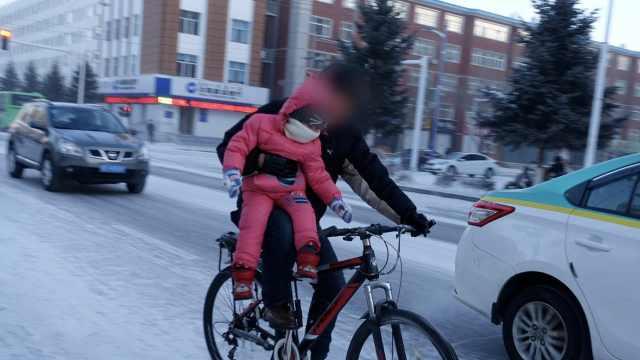 男子单手夹娃骑车,市民:你上新闻了