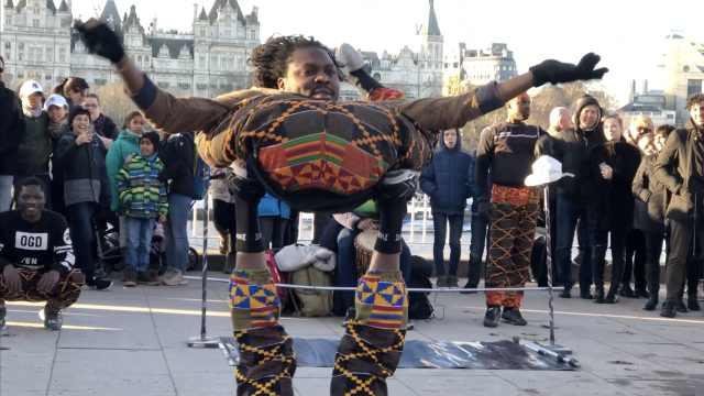 非洲小哥街头表演六手观音,画风奇
