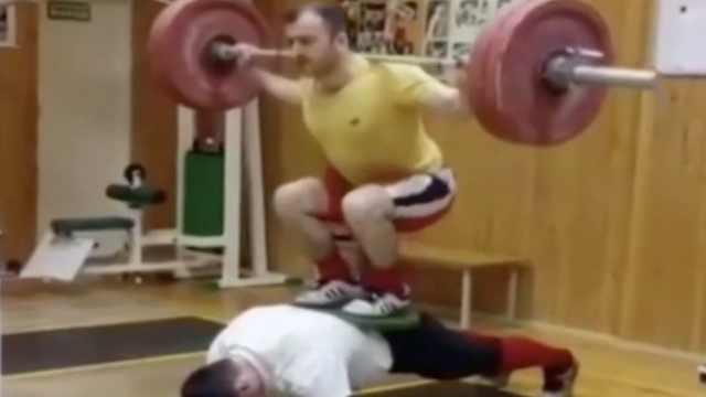 战斗民族的平板支撑:负重200公斤