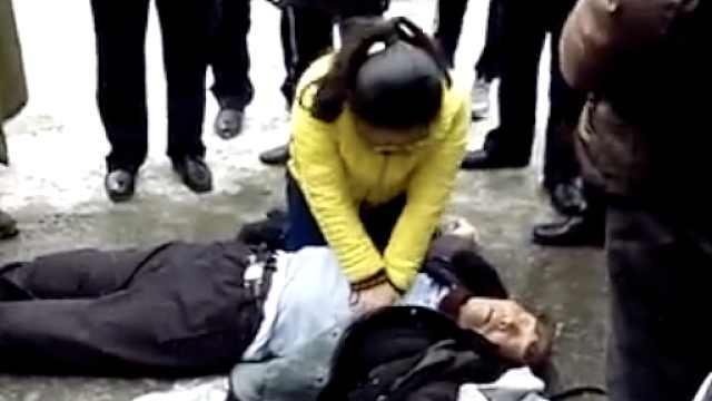 男子心脏病复发,过路护士跪地急救