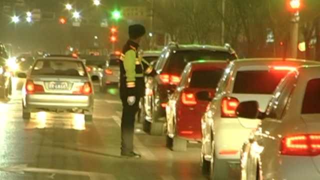 道路结冰,交警挨个提醒司机至深夜