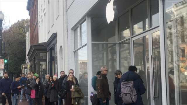 美国苹果店外排长队,这次为换电池