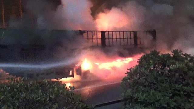 危险!行驶中货车突发猛烈大火!