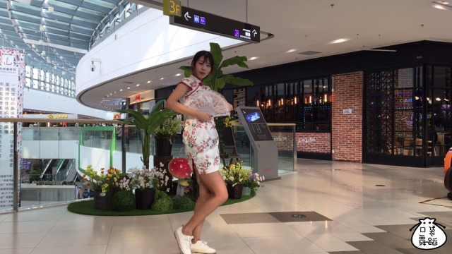 小姐姐翻跳中国风七朵组合《咏春》