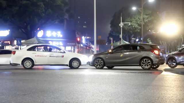 顶牛!两车相撞,车头顶车头互不相让