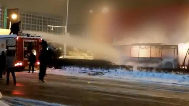 合肥公交闹市起火,火光冲天烧成壳