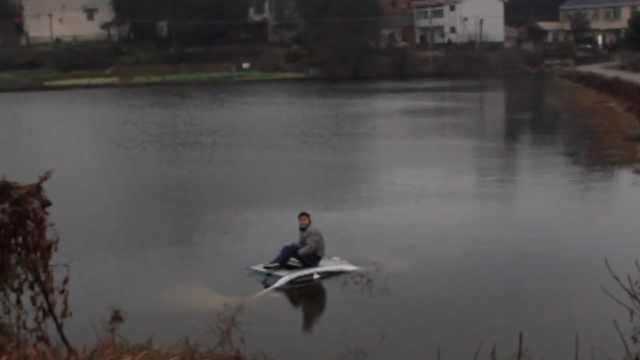小车转弯掉进水库,司机爬车顶呼救