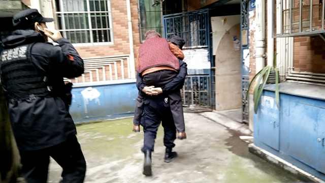 9旬老太迷路街头,巡警背她沿途找家