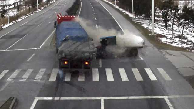 两车同时闯红灯,路口相撞碎片横飞