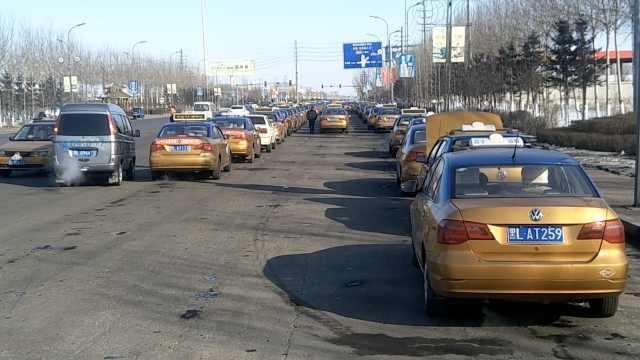 200出租车排队加气:最久排队6小时