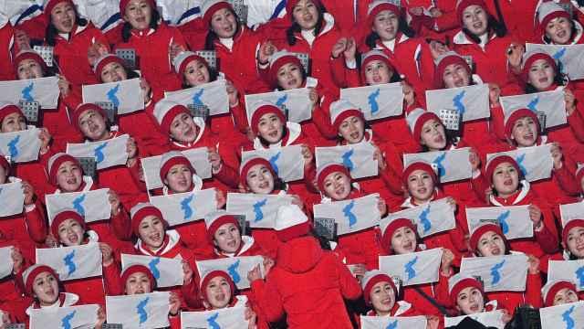 朝鲜拉拉队入场,整齐划一齐声歌唱