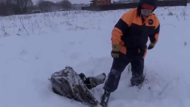 俄客机坠毁现场:雪地残骸救援难达