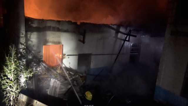 猪圈起火被扑灭,消防清理气罐排险