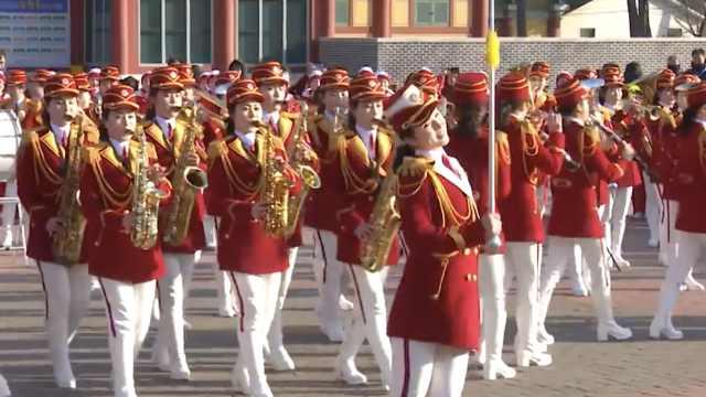 朝鲜拉拉队在韩景区演出:场面壮观