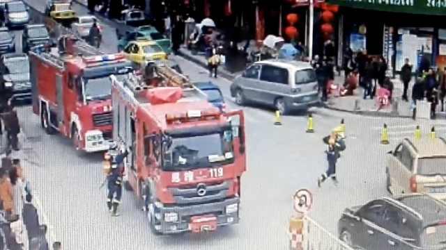 消防出警遇堵车,全体徒步奔赴现场