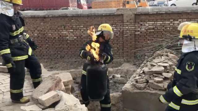 厨房起火,消防徒手搬出喷火煤气罐