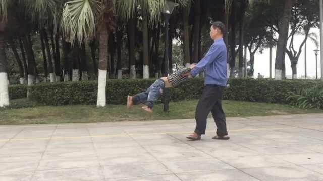 爷爷公园跳舞翻跟头,只为逗孙开心