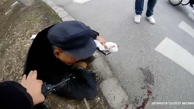 老人摔倒满脸血,民警