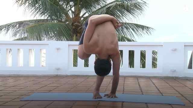 古式瑜伽教学:莲花单腿独立伸展式