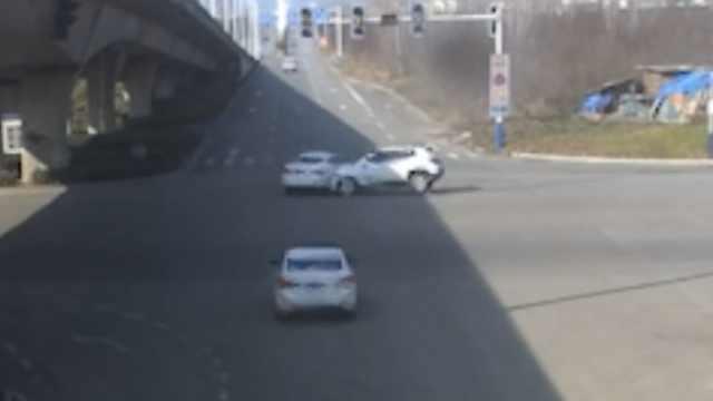 2车均无视闪烁黄灯,路口猛撞直转圈