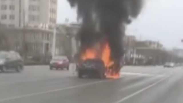 轿车等红灯时熄火,2次打火突发爆燃