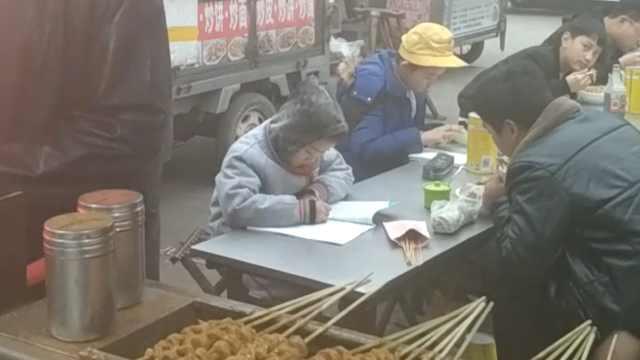 兄弟街边写作业:考双百,父母不操心