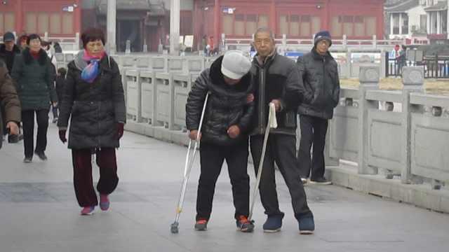 老伴腿疾难走,他绑带子拎脚助康复