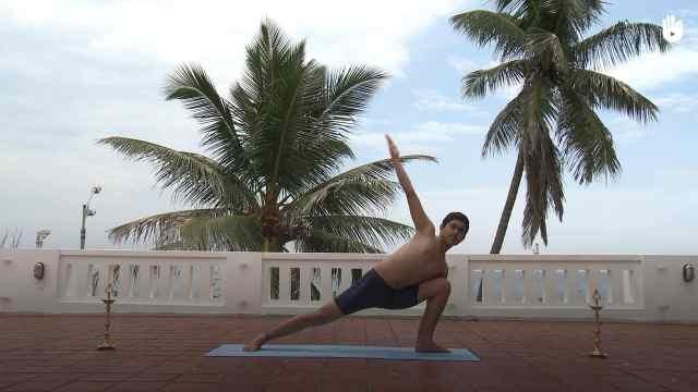 印度古式瑜伽教学:三角伸展式