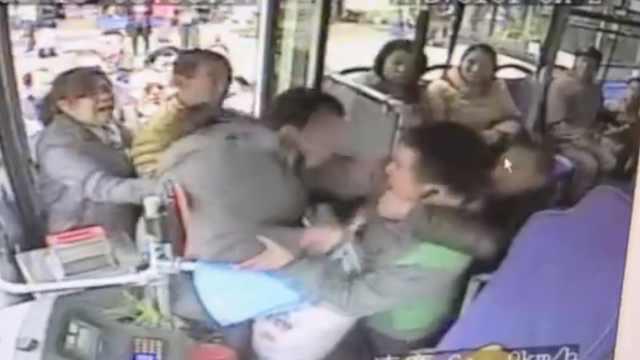 投币起争执,乘客一掌劈晕公交司机