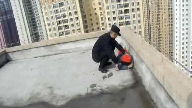 男孩手机被没收,爬47楼天台闹情绪