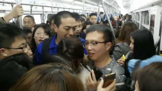 挤惨!重庆轻轨3号线故障,乘客扎堆