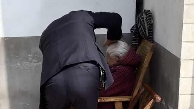 曝湖南一男子疑殴打亲娘,警方介入