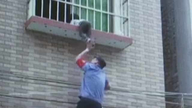 女童被卡防盗窗,他踩低层窗沿托举