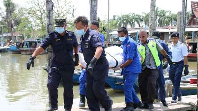 大马翻船救援现场:两中国船员获救