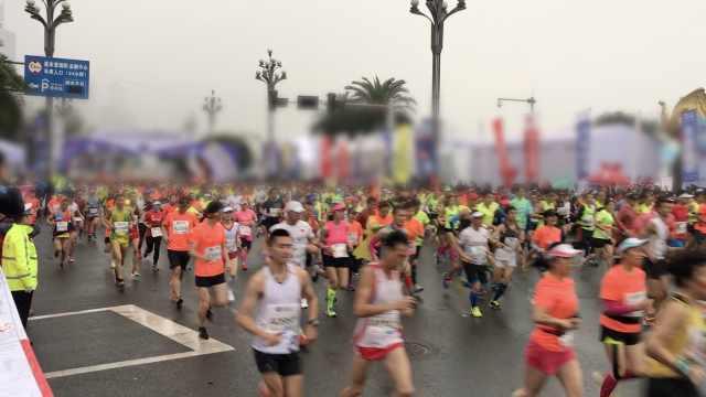 重庆国际马拉松雨中开跑,3万人参赛