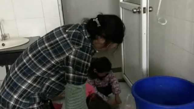 6岁孙女帮保洁奶奶干活:让她轻松点