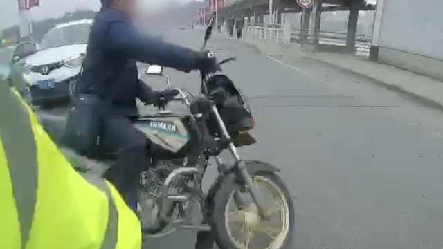 他骑摩托遇查调头冲岗,竟拳打交警