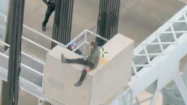 他爬高桥要自杀,警察力劝乘机救下
