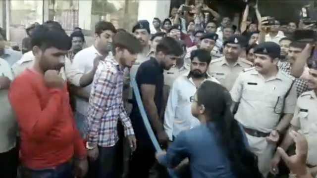 印度强奸嫌犯被游街,遭女性暴打