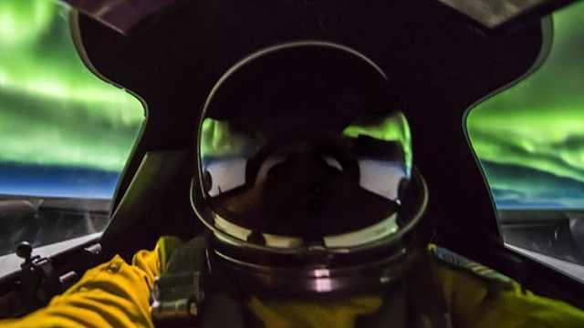 壮美!飞行员22000米高空拍下极光
