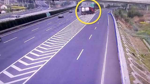 大胆司机高速匝道竟倒车